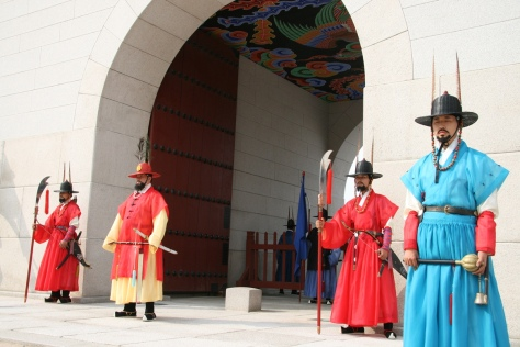 Gwanghwamun_royal_guards